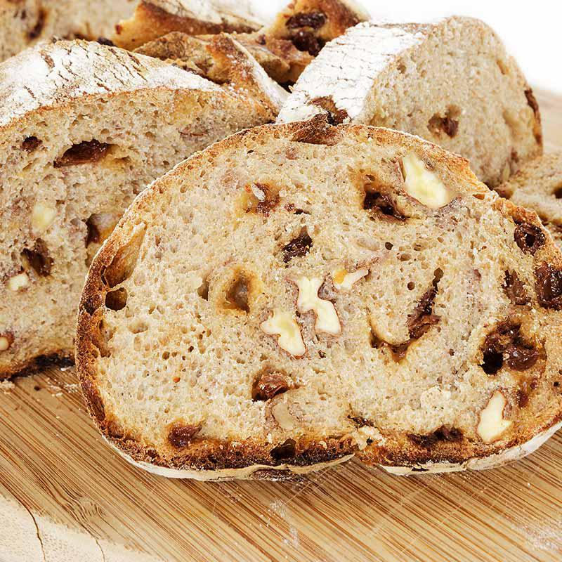 Foto van paasbrood met rozijnen en walnoten