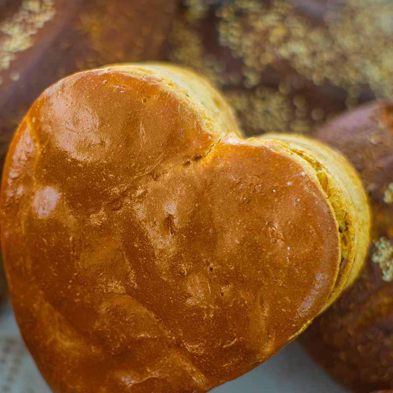 foto van hartvormig valentijnsbrood met rozijnen